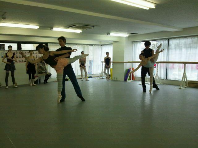 アダジオクラスとはパドドゥ(男女での踊り)の基礎を学ぶクラスです。